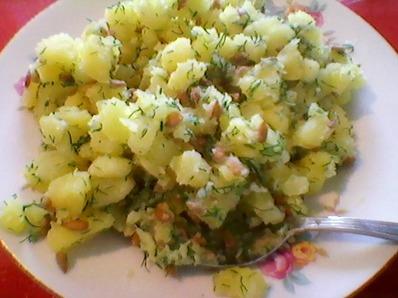 Картофена салата с копър и белени слънчогледови семки