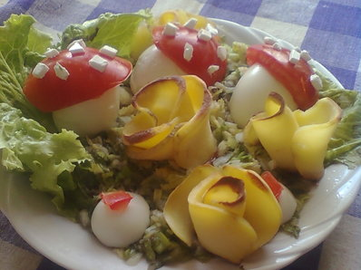 Салата с яйца и рози от картофи