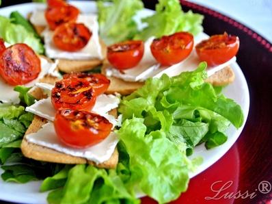 Зелена салата с бри и гриловани домати