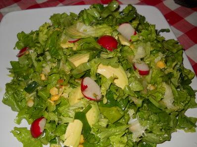 Зелена салата с авокадо и царевица
