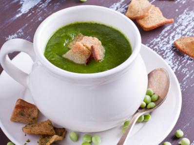 Зелена супа със спанак и листа от цвекло