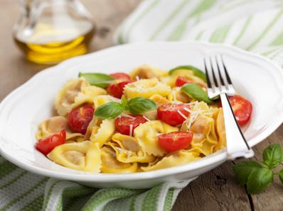 Тортелини с чери домати и босилек
