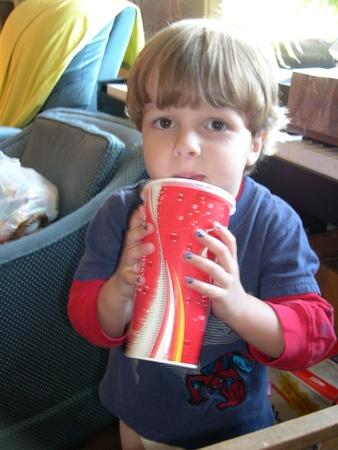 Защо децата не трябва да пият безалкохолни