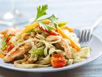 Нудълс с пилешко и зеленчуци