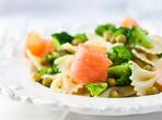Макаронена салата със сьомга и броколи