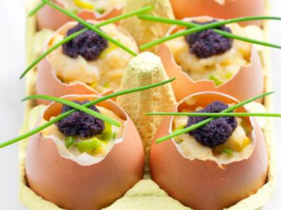 Бъркани яйца с черен хайвер