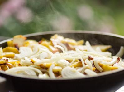 Картофи с лук и мента на тиган