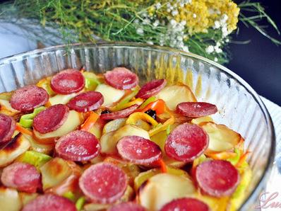 Мързелива картофена запеканка със салам и топено сирене