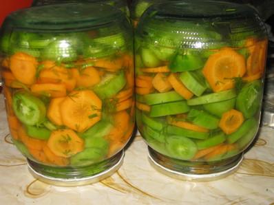 Туршия със зелени домати и моркови