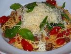 Спагети със сурова наденица