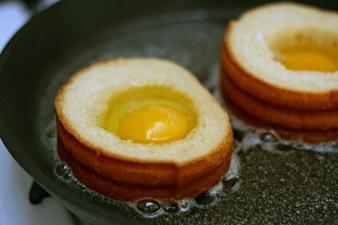 Зимна закуска: Яйца в хлебни гнезда