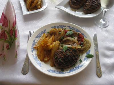 Стек от кайма с гриловани зеленчуци и пикантни картофки