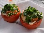 Пълнени домати с крутони, кашкавал и магданоз