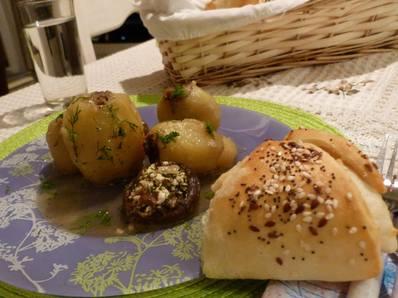 Картофи, пълнени с кайма, лук и гъби