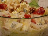Салата със синьо сирене, пармезан и сурови ядки