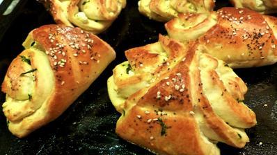 Хлебчета със сирене и босилково песто