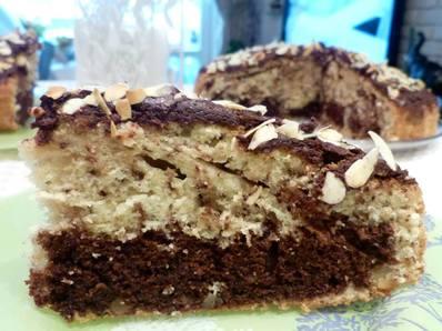 Кекс с орехи, шоколад и филирани бадеми