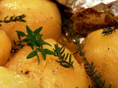 Задушени картофи с масло и мащерка във фолио
