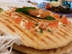 Пърленка с чесън, сирене и домат