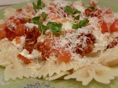 Паста със сирена и домати