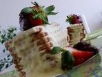 Десерт с бисквити и ягоди