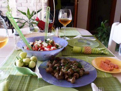 Гъбки в масло и свежа салата