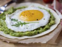 Яйца на очи с авокадо