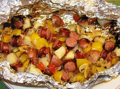 Домашна наденица с картофи и зеленчуци на скара