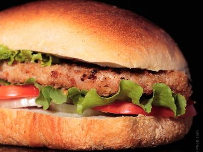 Пикантни пилешки бургери с ароматен лук