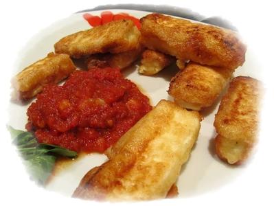 Панирани сиренца с пикантен доматен сос