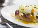 Яйца с шунка върху спанак