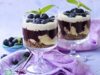Десерт с боровинки, сладолед и сметана