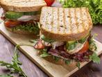 Сандвич с месо и авокадо