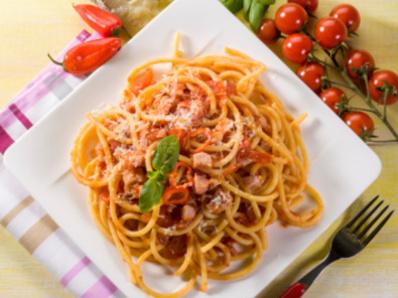 Спагети с бекон и домати