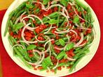 Салата от хрупкав зелен боб, домати и босилек