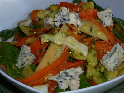 Богата салата с авокадо и спанак
