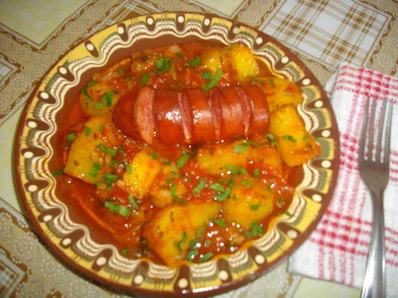 Пресни картофи с наденица и доматен сос