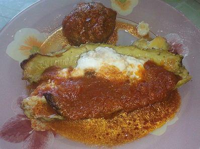 Кюфтета с тиквички и два вида сос