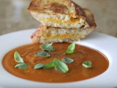 Доматена супа с гриловано сирене
