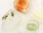 Кубчета лед и билки за стегната кожа