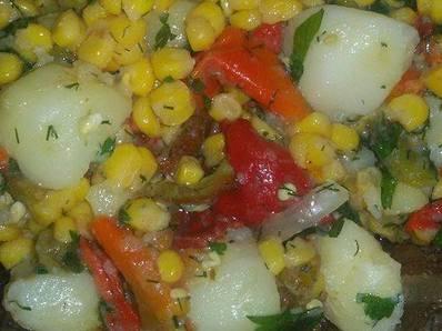 Шарена салата с картофи и печени чушки
