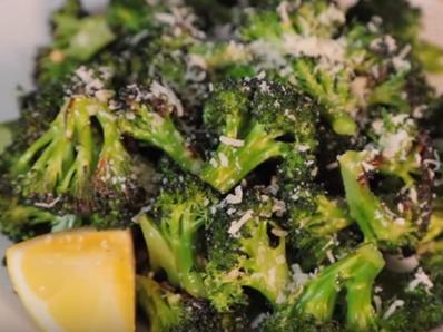 Печени броколи с пармезан