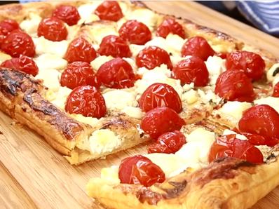 Бутер пица с козе сирене, мед и чери домати