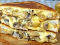 Специален сандвич с гъби, лук и кашкавал