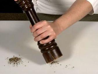 Знаете ли как се борави правилно с мелничката за пипер?