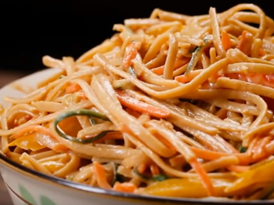 Пикантна салата със спагети