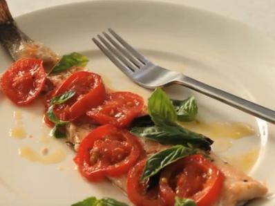 Пъстърва с домати и босилек на фурна
