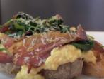Бъркани яйца върху сандвич