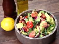 Шопска салата с авокадо