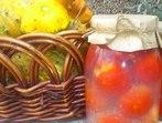 Най-хитрият начин да нарежем домати директно в консервата